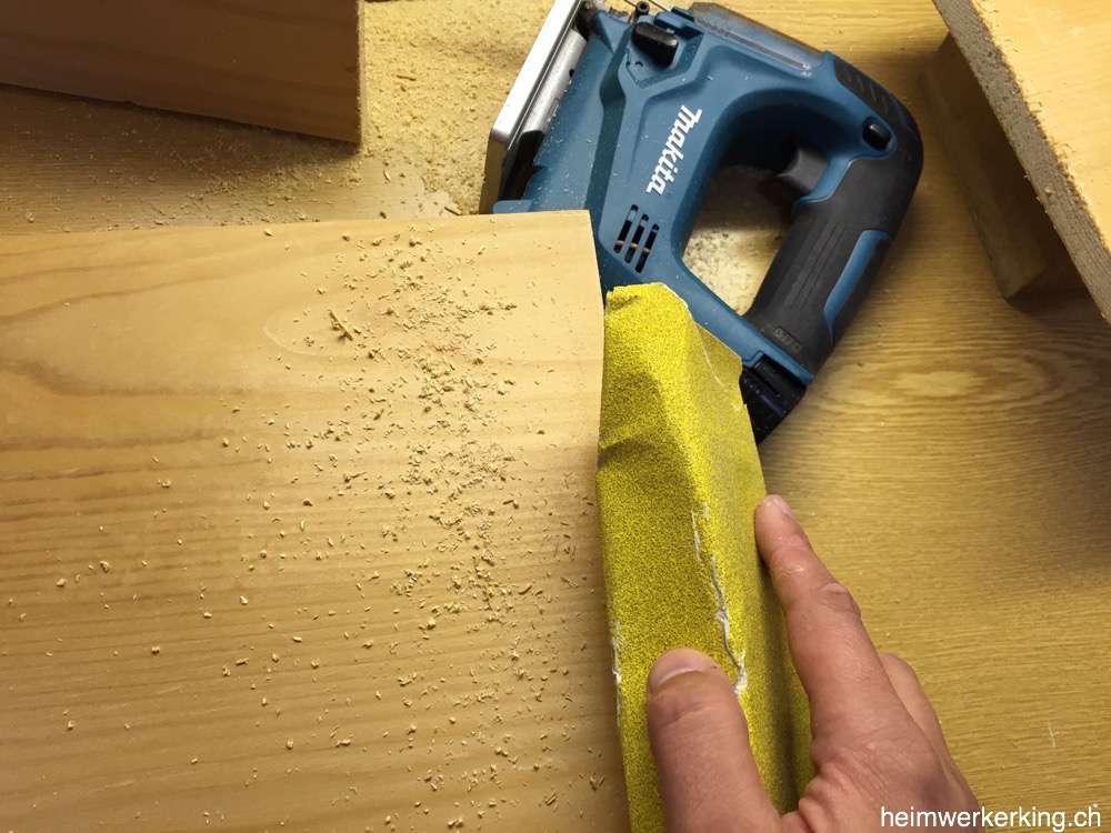 Mit einem 80er Schleifpapier werden die Schnittkanten geschliffen