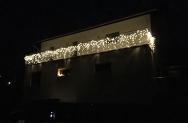 Das Weihnachtlich beleuchtet Haus