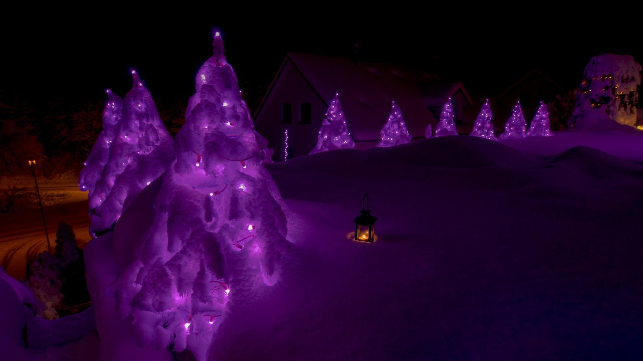 Die Weihnachtsbeleuchtung kann sich auch bei Schnee sehen lassen