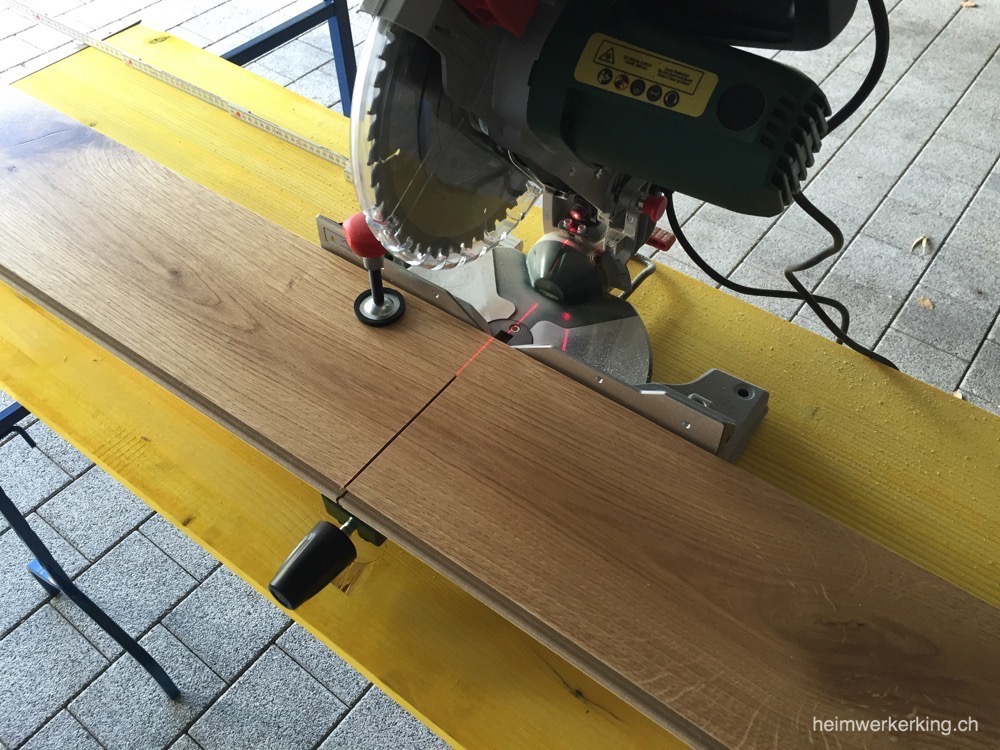 Bei breiten Werkstücken wie Parkettboden muss bei der Bosch PCM 8 nochmals nachgesägt werden.
