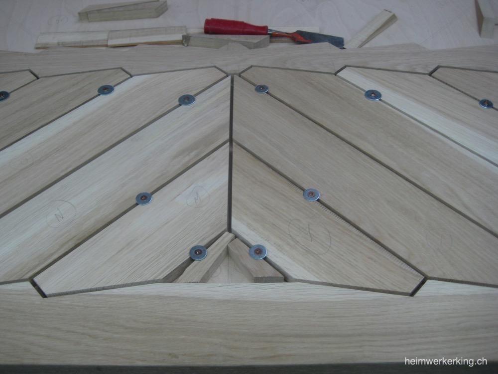 Schrauben sichern die einzelnen Bretter vor dem Verschieben.
