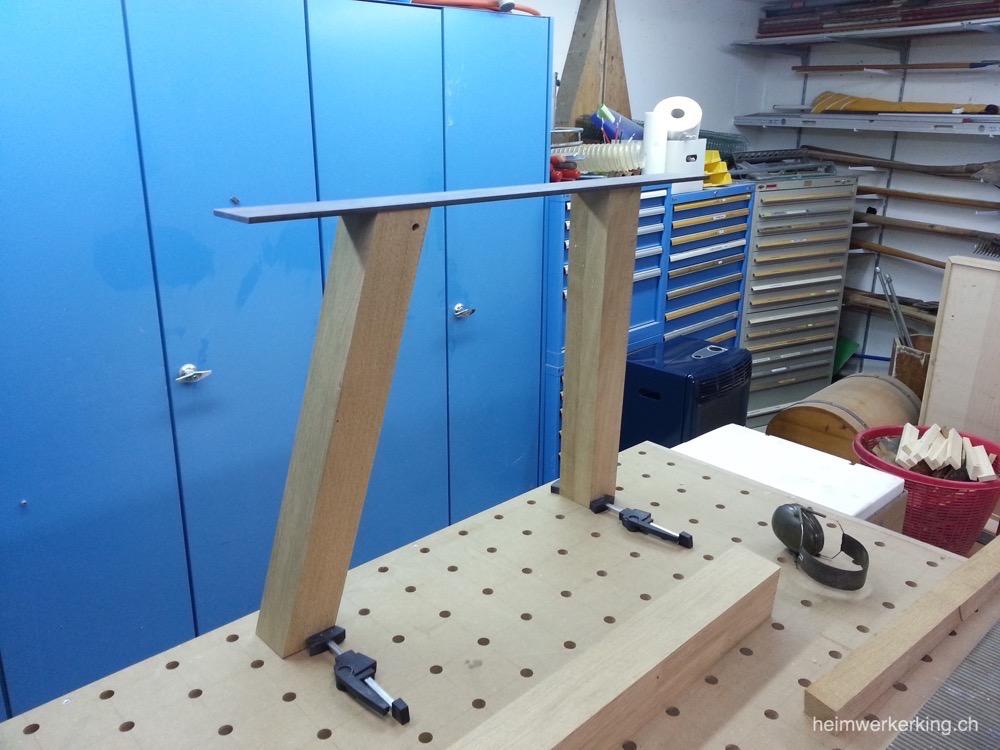 Holzbeine für den Tisch mit Stahlblech zur Stabiliserung