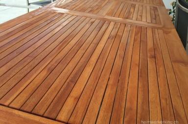 Der Holztisch erstrahlt in frischem glanz