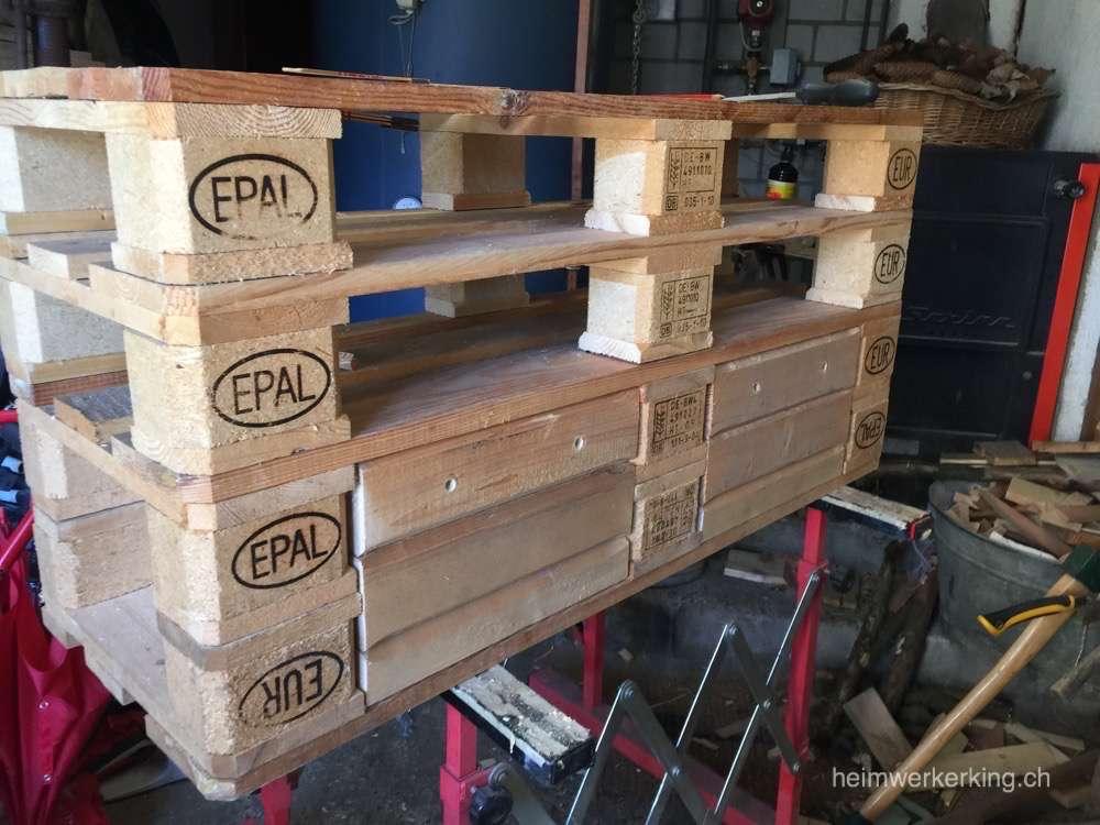 Schubladen, Tablare und die Türe wurden aus den Holzresten der Paletten gemacht