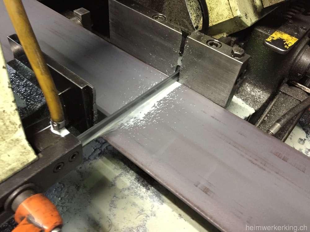 Die Säge schneidet die platten in 3 Stücke à 2m