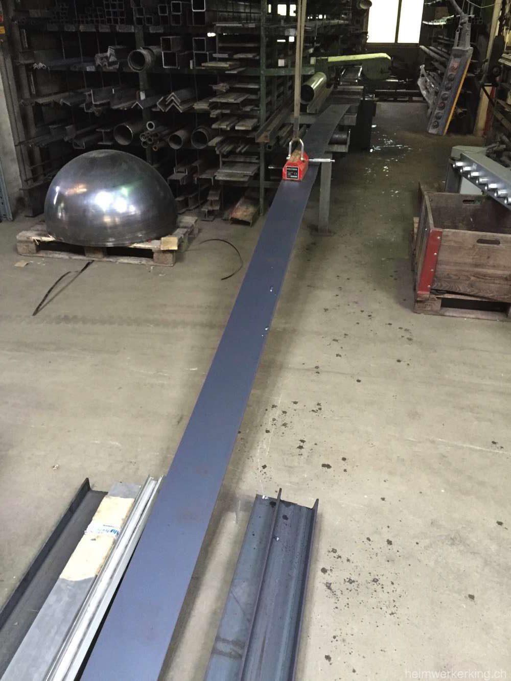 Die Platten werden zur Bandsäge transportiert.
