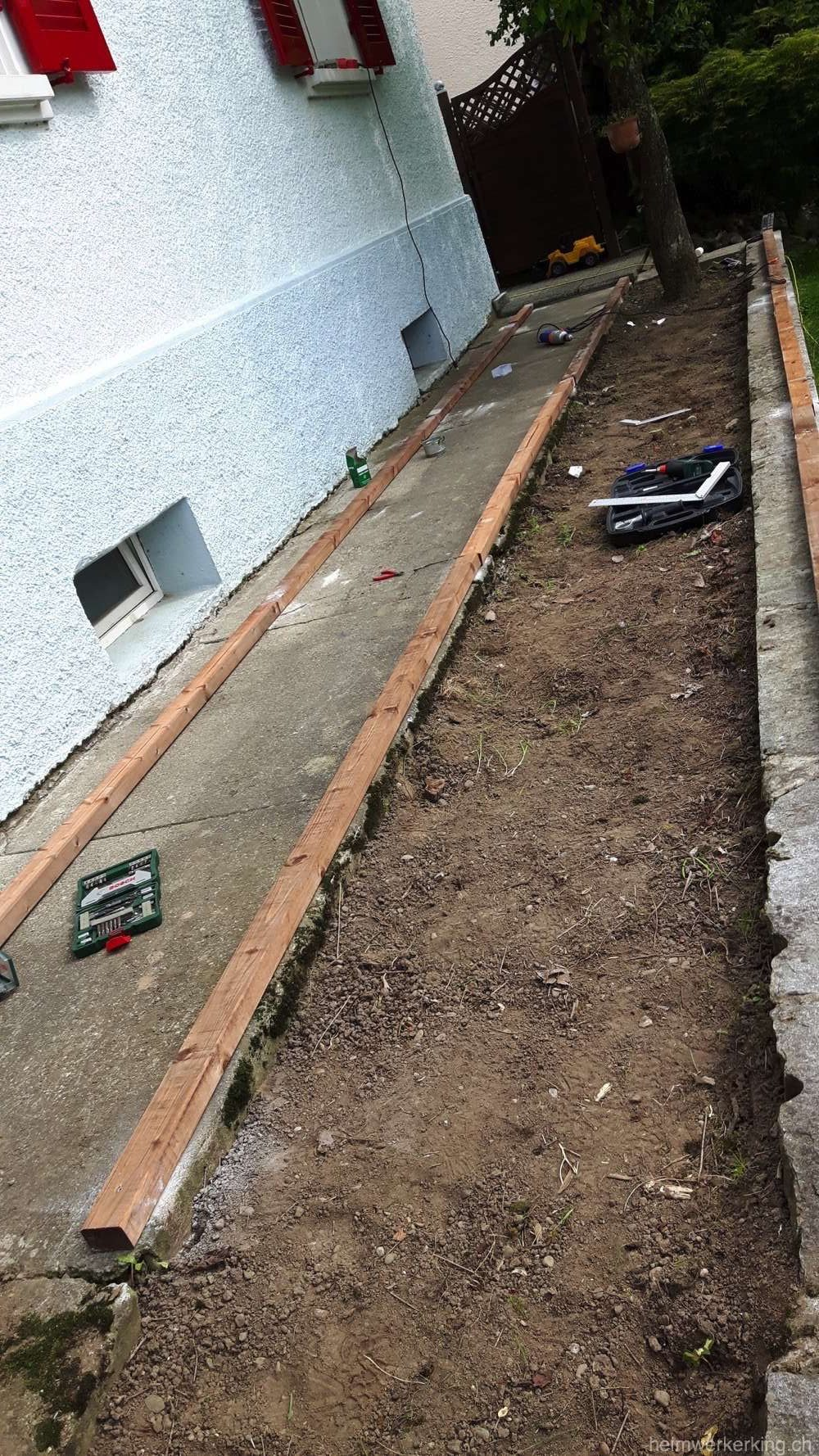 Wir befestigten die Latten direkt auf der Granitmauer