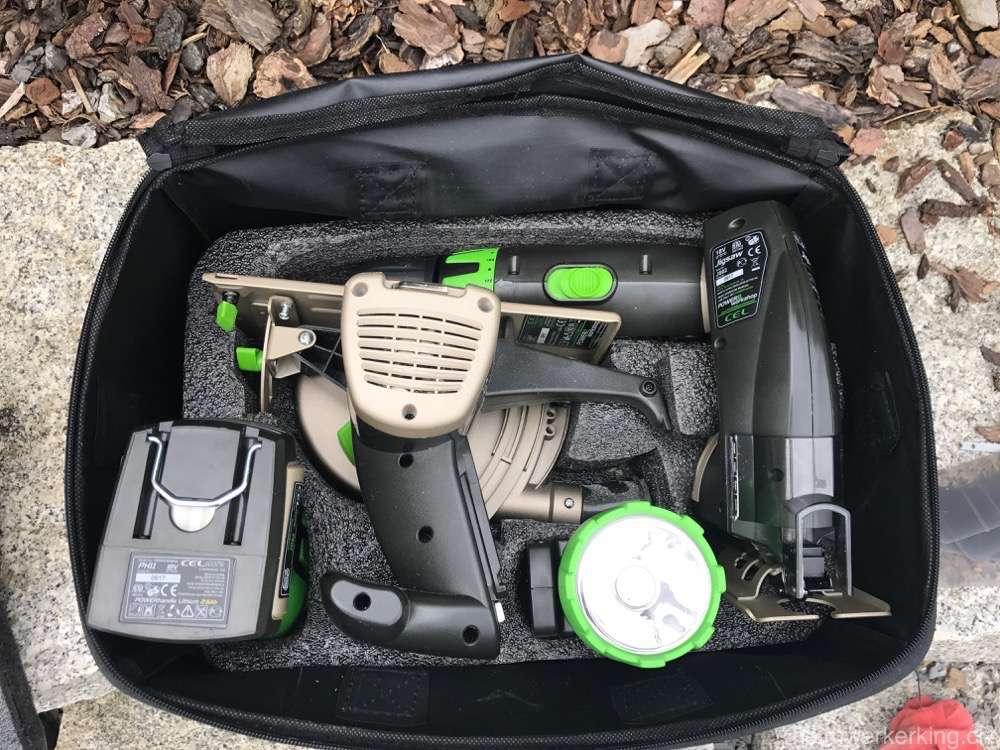 Die Werkzeuge werden in der Stofftasche versorgt